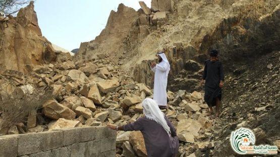 مباشرة جمعية البر بقنا لبلاغ انهيار جبل فوق مسكن اسرة